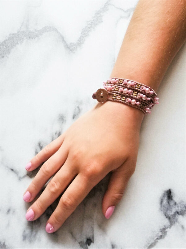 Arm met roze armband